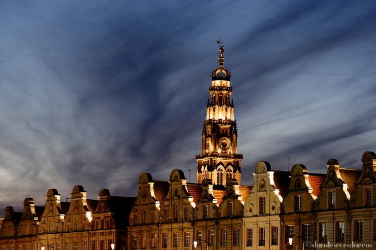 Façades flamandes et le beffroi de nuit - Arras (©MD - danslesruesdarras)